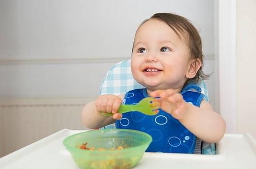 Pour que bébé mange mieux avec nounou : comment gérer les repas ?