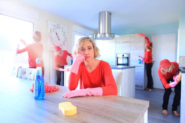Jeune femme qui fait le ménage dans sa cuisine avec des produits bio